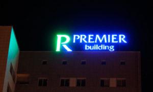 Крышная вывеска Premier ночью