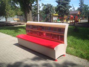скамья-библиотека в городских парках